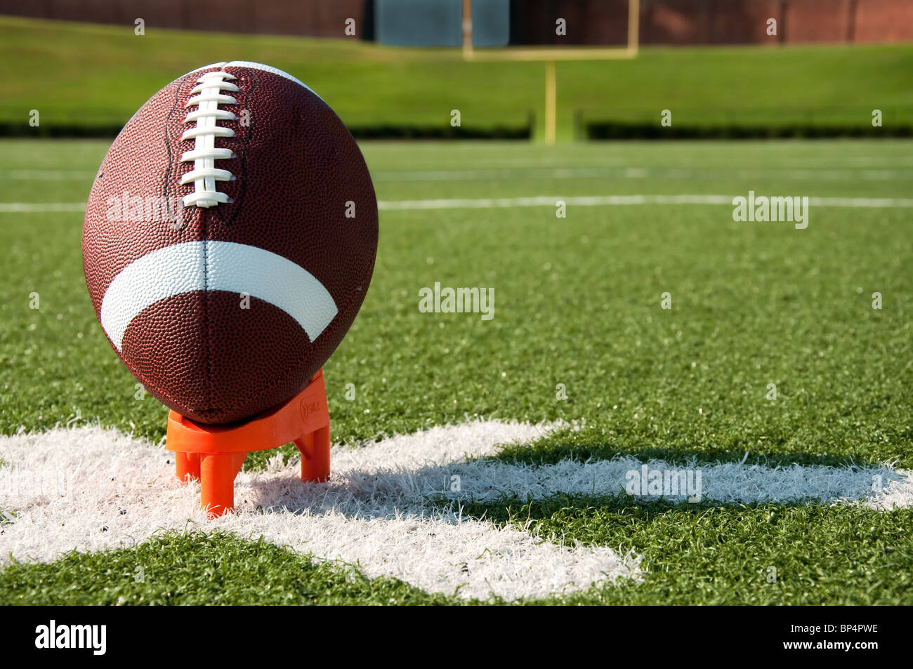 Il Football americano su Kicking Tee su campo Immagini Stock