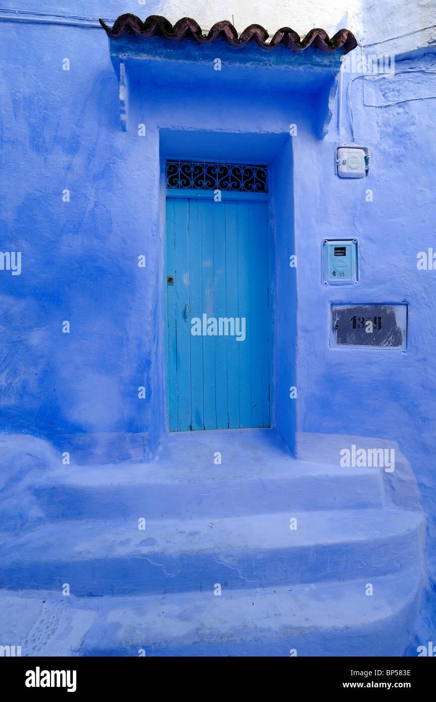 Casa Blu, Blu porta, pareti blu e fasi anteriori a casa, Chefchaouen, Marocco Immagini Stock