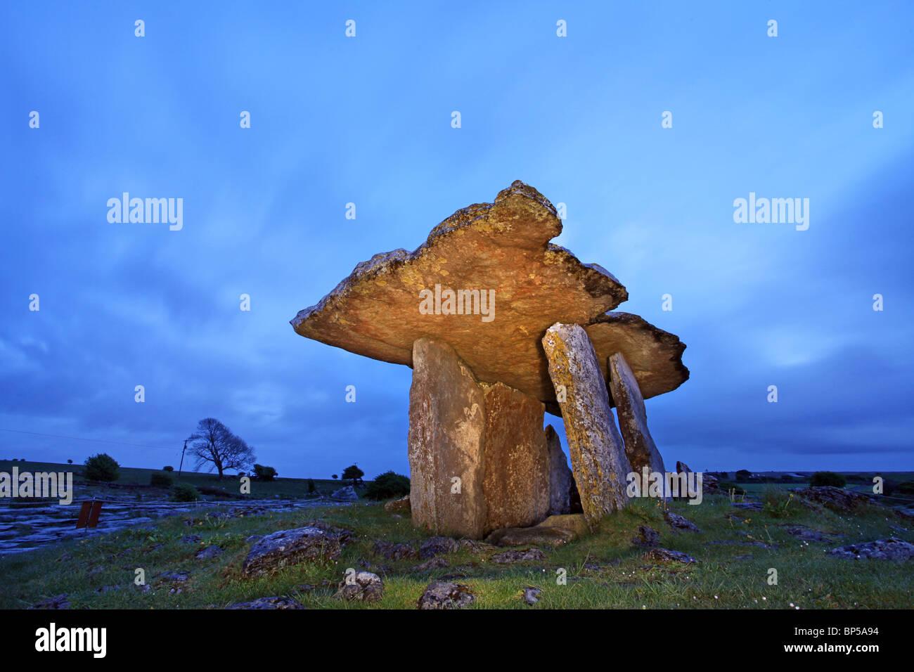 Il Poulnabrone Dolmen, Burren, Co Clare. L'Irlanda. Immagini Stock