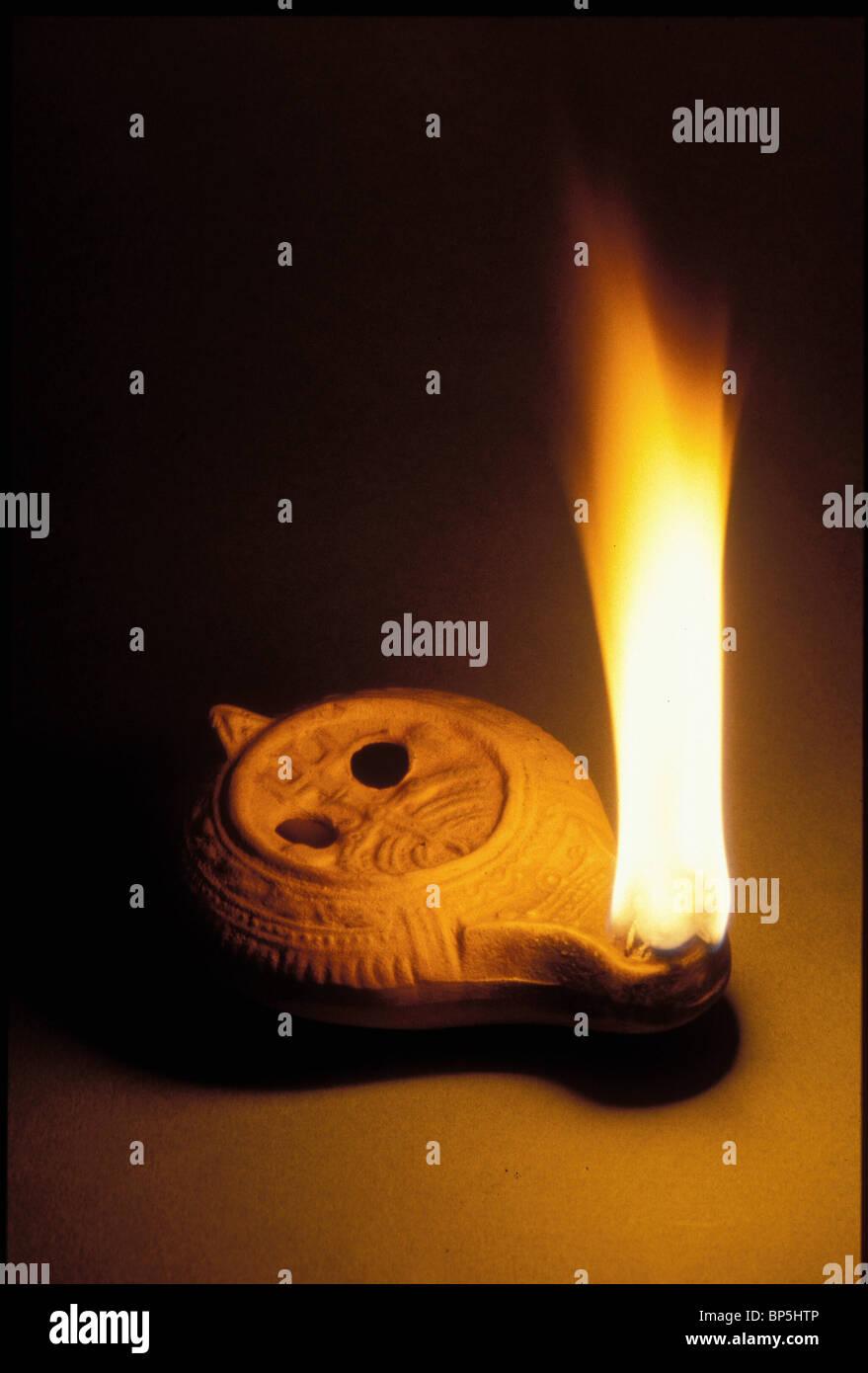 3329. Periodo tardo romano lampada a petrolio con il simbolo ebraico dei sette candelabri ramificati; 'MENORAH' Immagini Stock