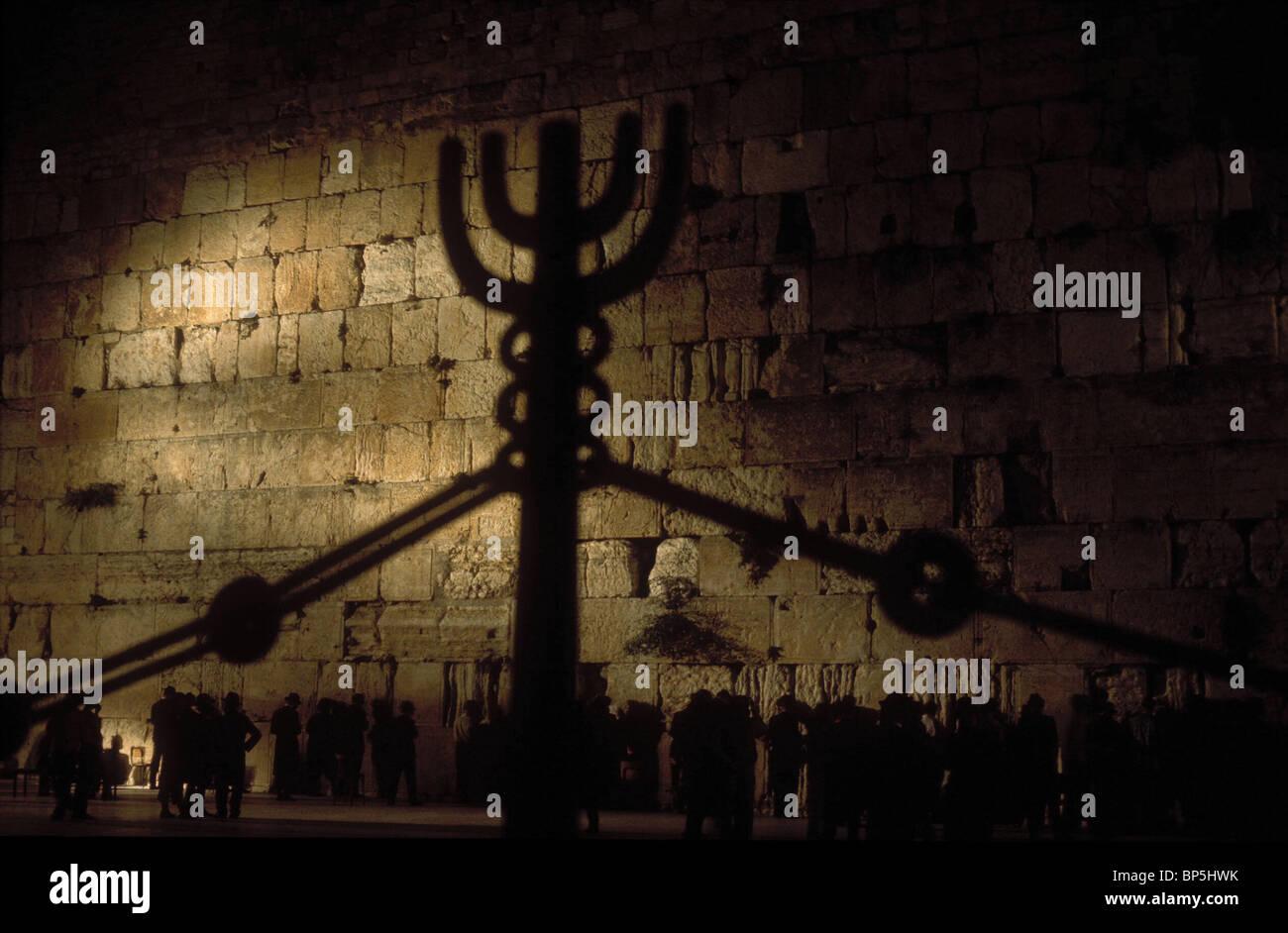 3363. Pregando presso il Muro Occidentale prosegue ininterrotto di giorno e di notte Immagini Stock