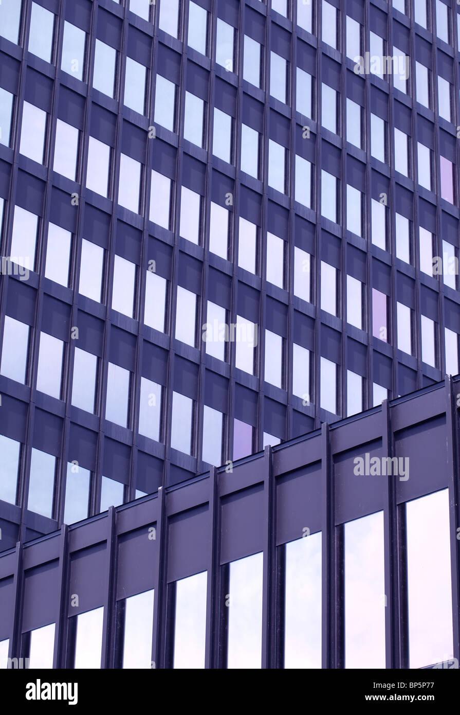 La parte esterna di un acciaio e vetro edificio per uffici Immagini Stock