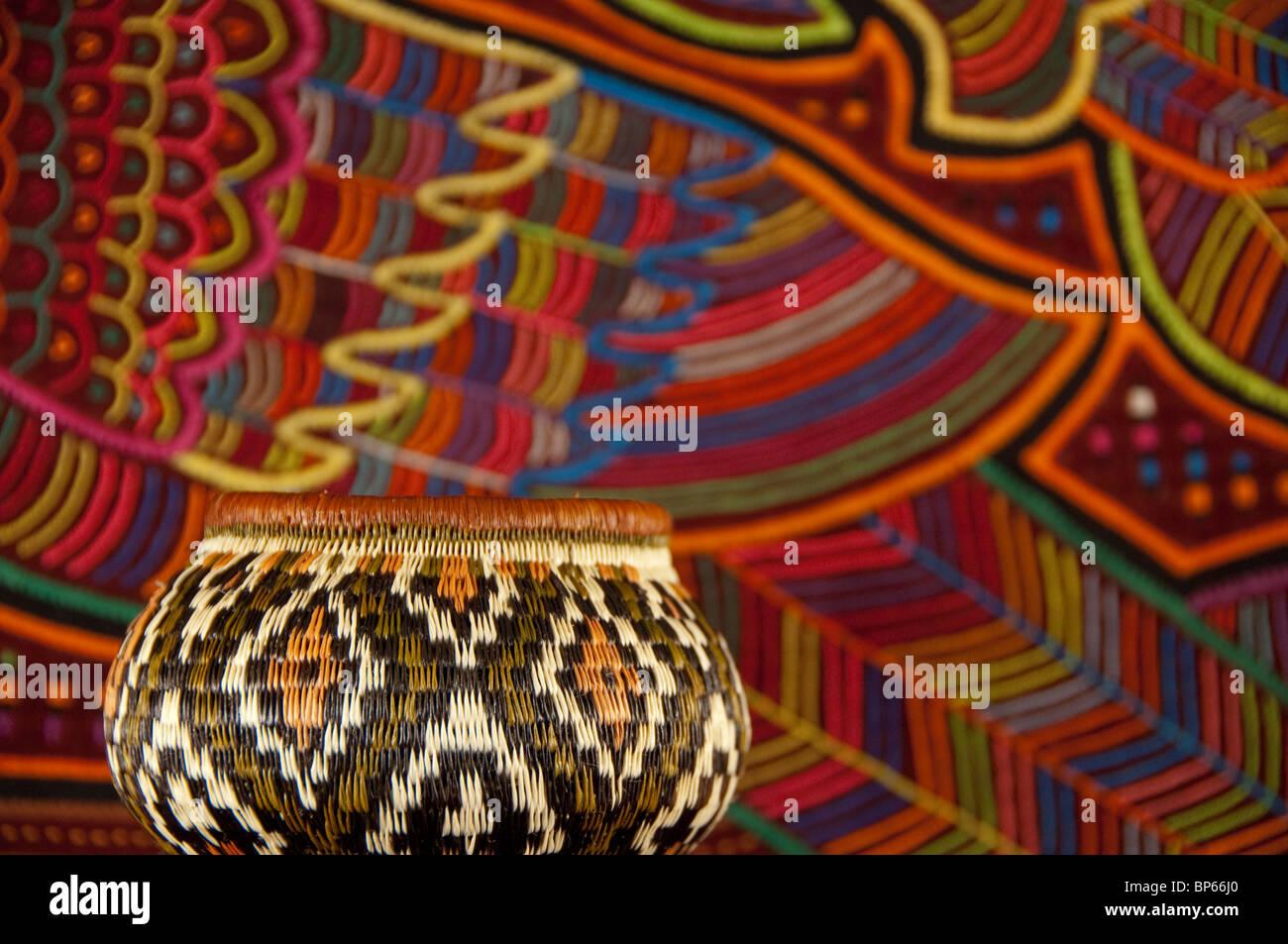 Tradizionale fatto a mano artigianato panamense. Embera indiano cestello di  erba di fronte colorata cucita f3388dc96d67