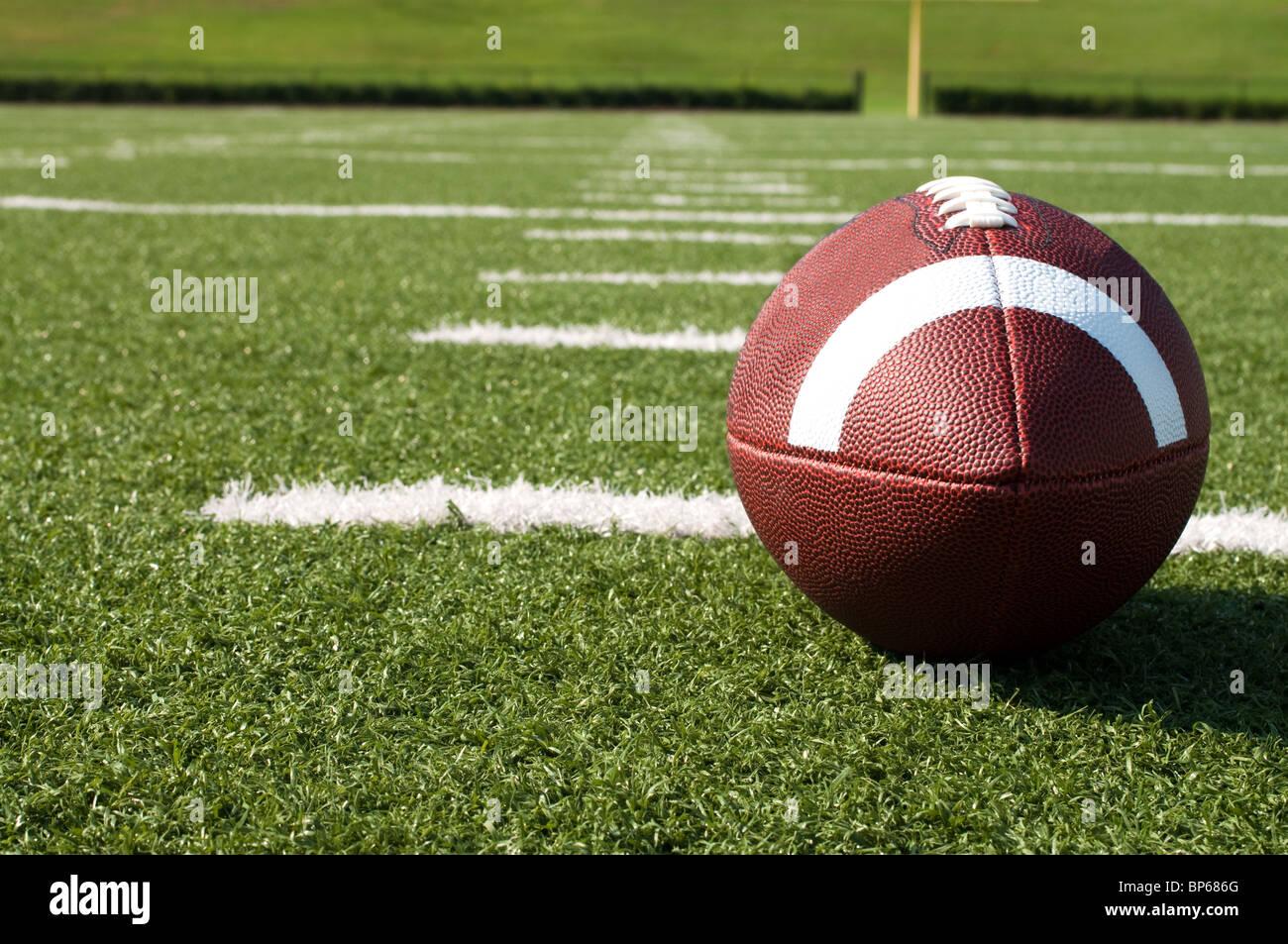 Primo piano del football americano sul campo. Immagini Stock