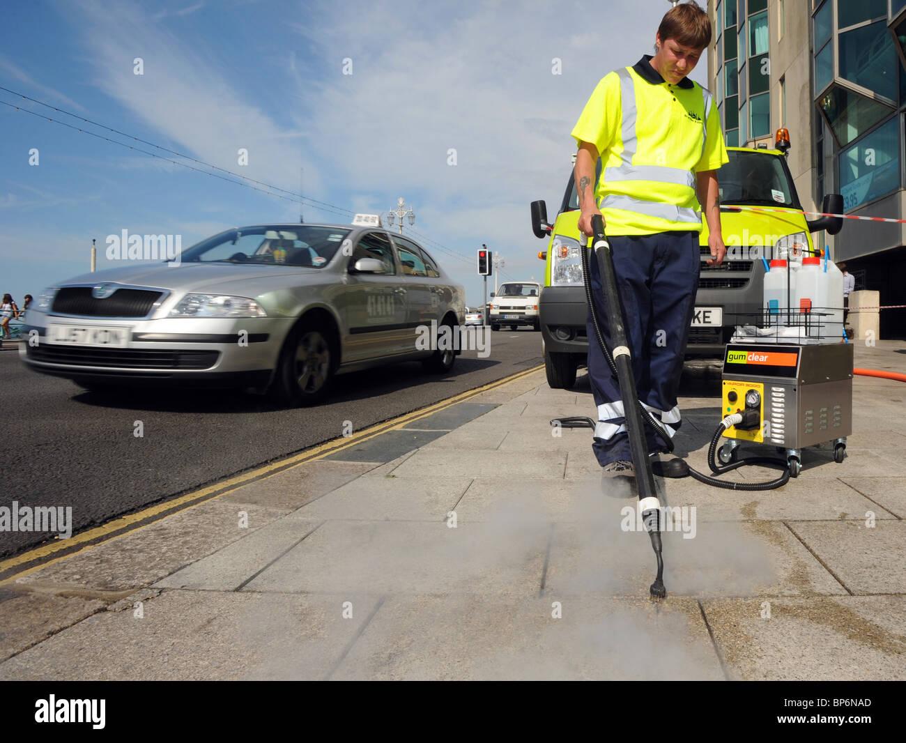 Consiglio di Brighton lavoratori pulire la gomma da masticare con un nuovo rispettosi dell'ambiente equipaggiamento Foto Stock