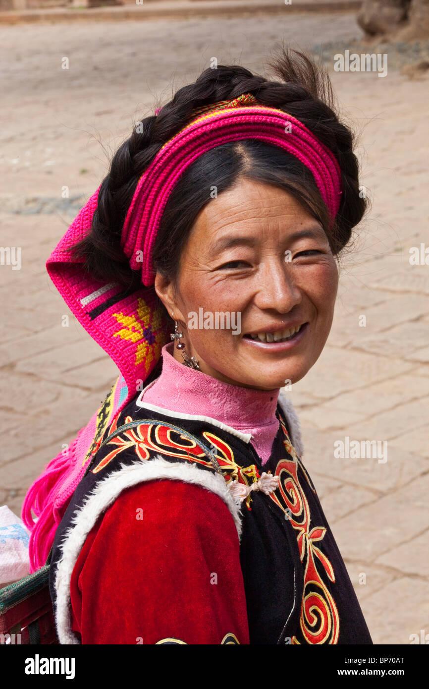 La minoranza etnica donna sul giorno di mercato nel villaggio di Shaxi, nella provincia dello Yunnan in Cina Immagini Stock