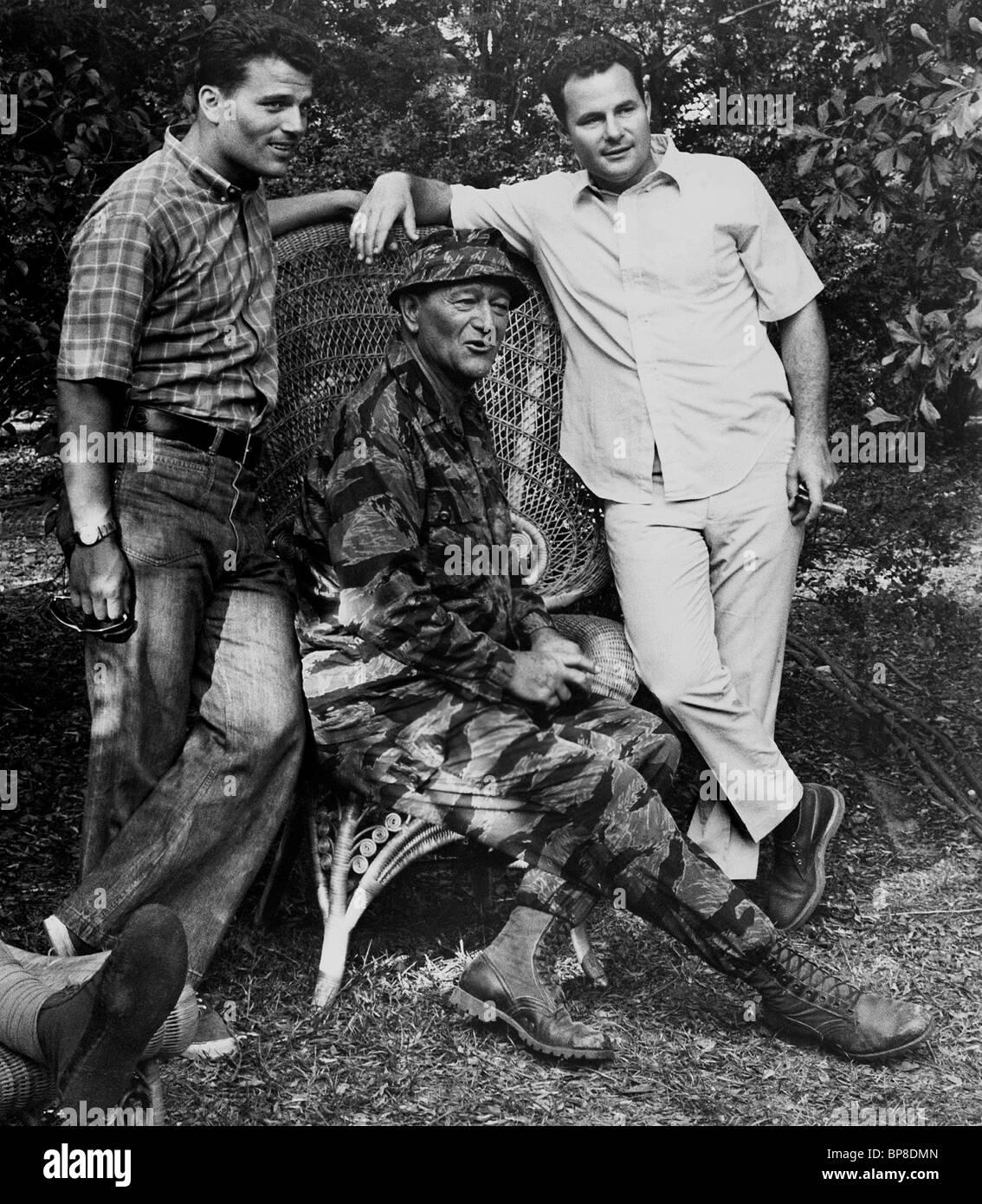 PATRICK WAYNE John Wayne   MICHAEL WAYNE I berretti verdi (1968 Foto ... a38e8111dd7f