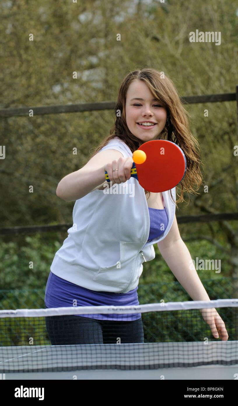 Ragazza adolescente giocando a ping-pong Immagini Stock