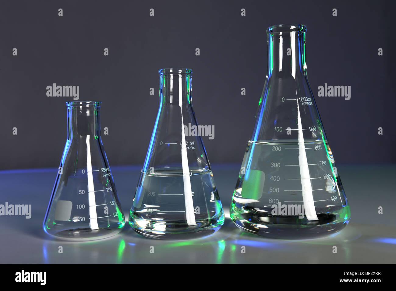 Matracci con fluido in Impostazioni di laboratorio Immagini Stock