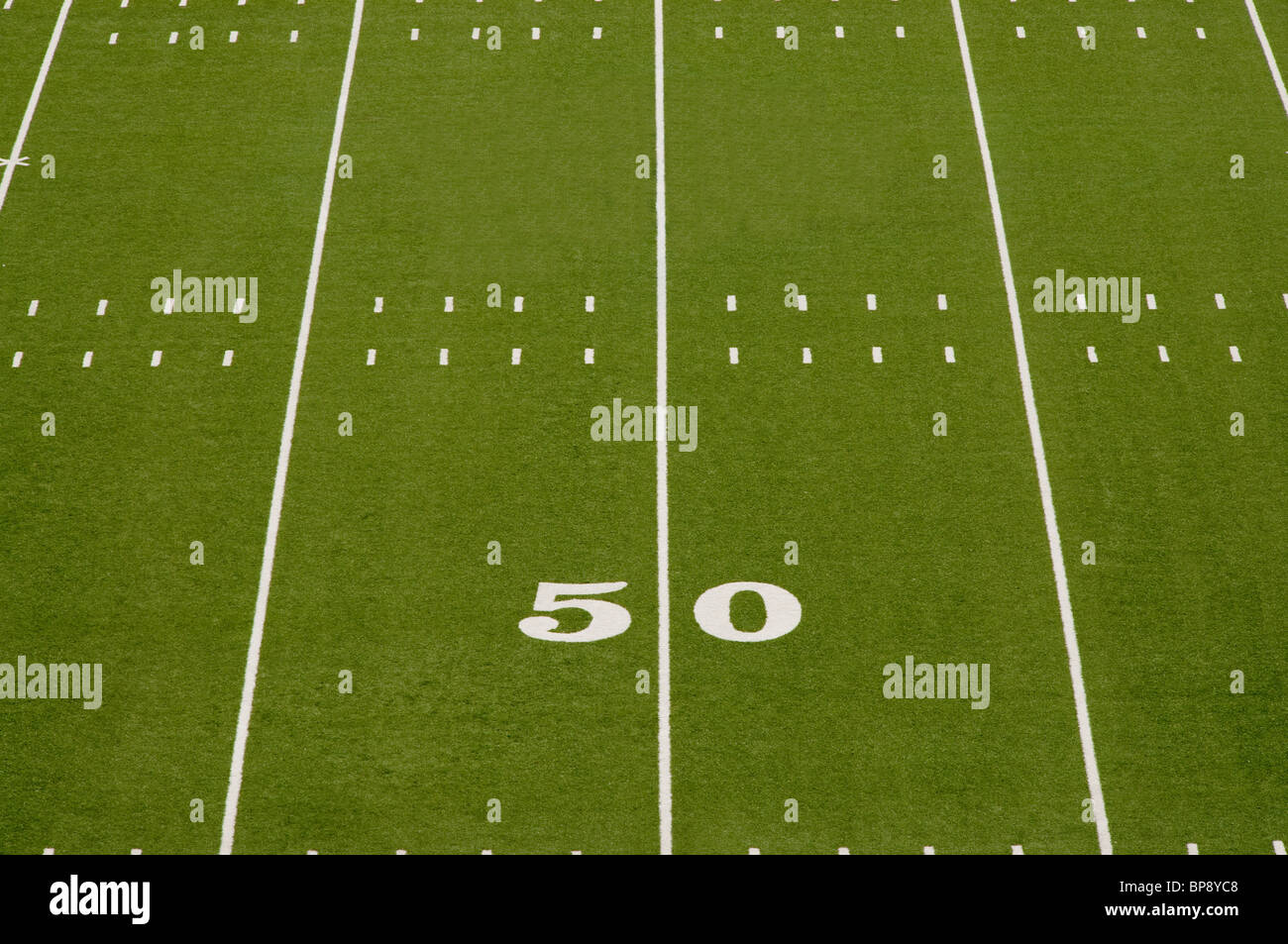 Primo piano di 50 yard linea sul football americano in campo. Immagini Stock