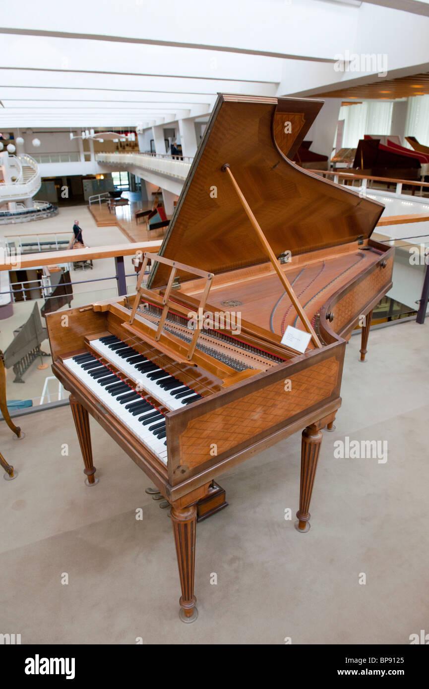 Vecchio cembalo in esposizione al Museo Musikinstrumenten o il Museo degli Strumenti Musicali in Mitte Berlino Germania Immagini Stock