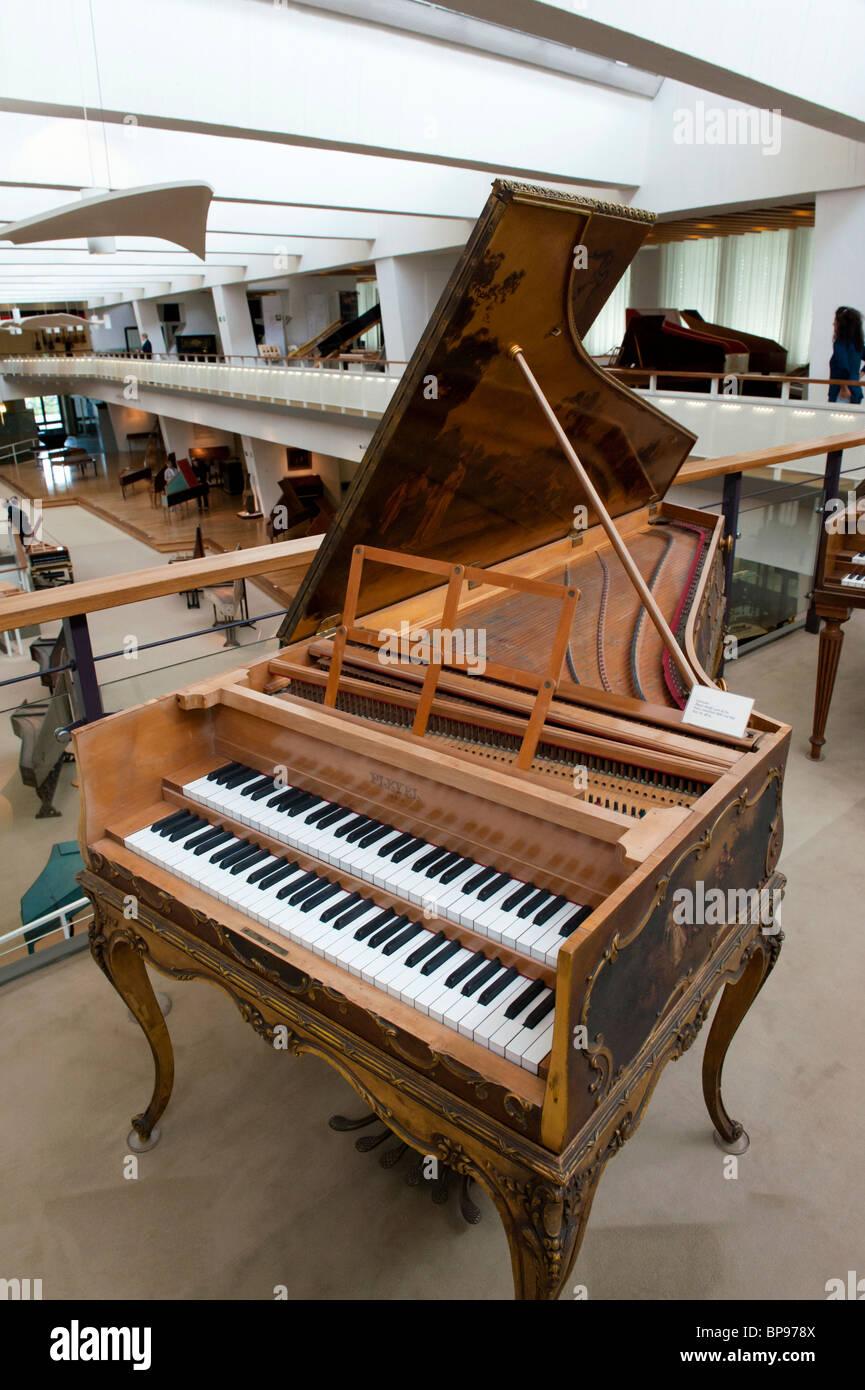 Interno del Museo Musikinstrumenten o il Museo degli Strumenti Musicali in Mitte Berlino Germania Immagini Stock
