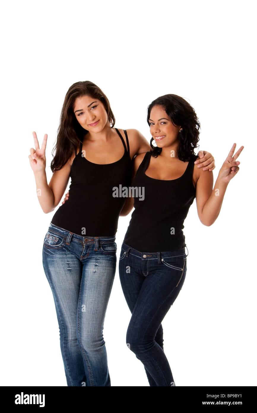 Bella sorridenti giovani donne matura amici facendo pace gesto di vittoria con le dita mentre abbraccia ogni altro. Immagini Stock