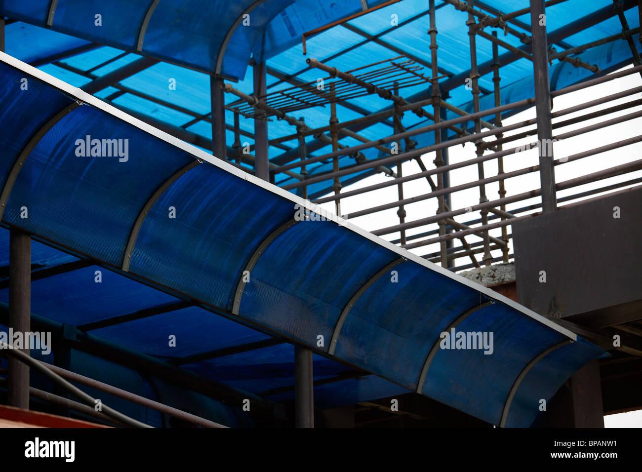 Costruzione a soffitto struttura di fabbricazione industriale blu di tubi di ferro Immagini Stock