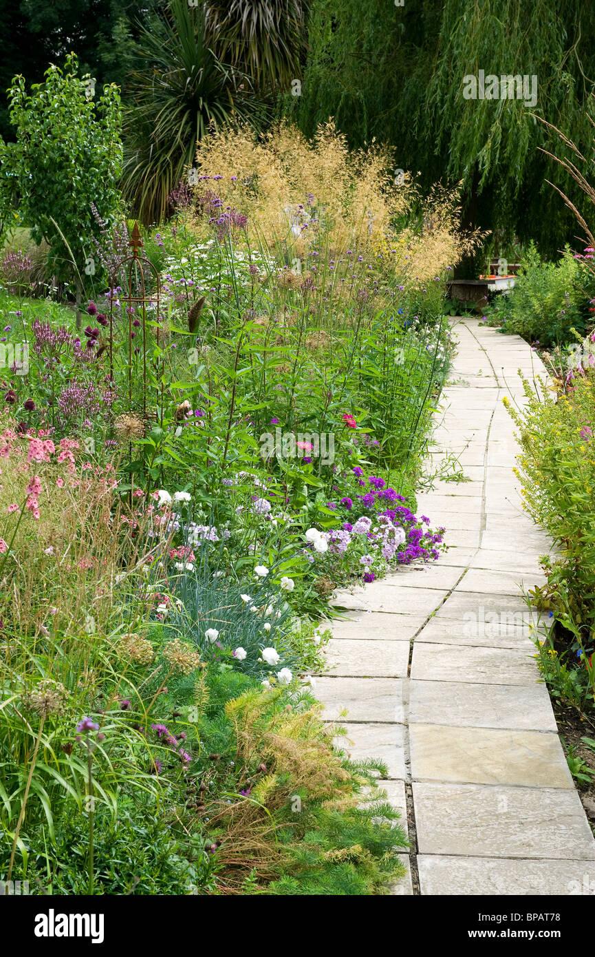 Percorso del giardino di fiori e di confine Foto Stock