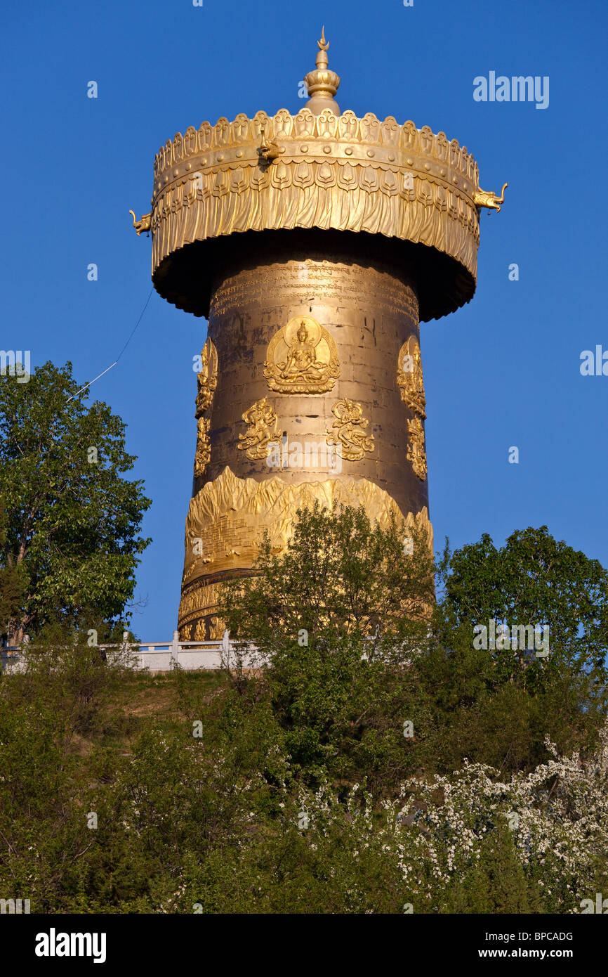 Gigante ruota di preghiera a Guishan Gongyuan in Shangri-La o Zhongdian nella provincia di Yunnan in Cina Immagini Stock
