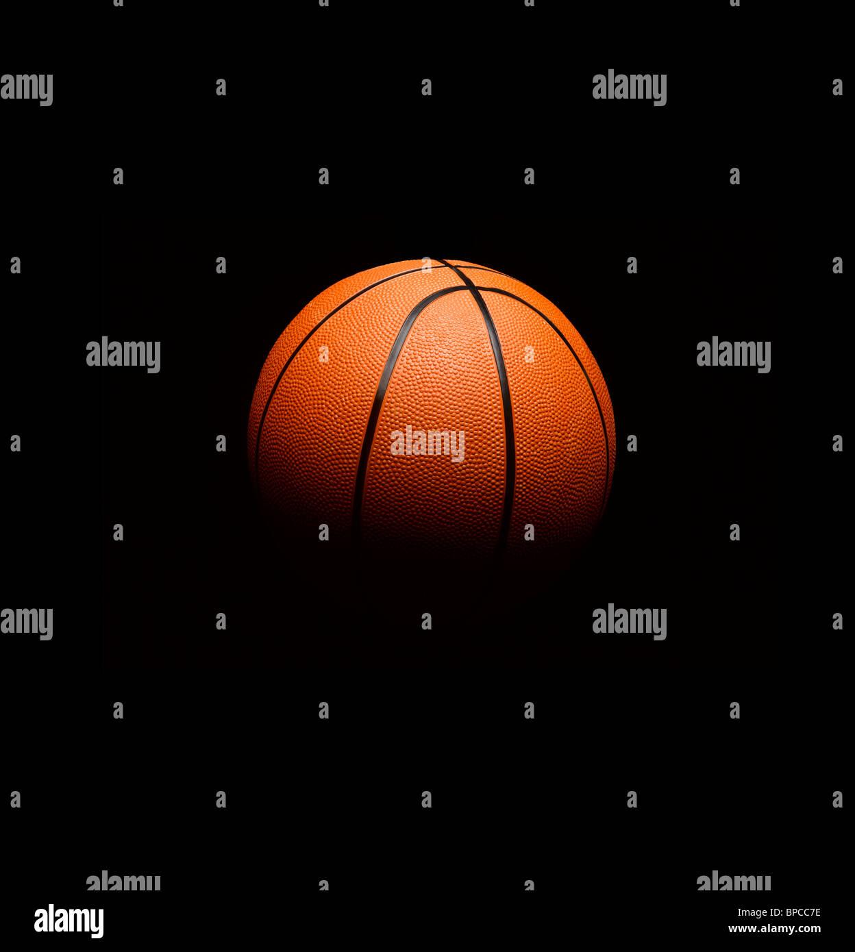 La pallacanestro fluttuante nello spazio Immagini Stock