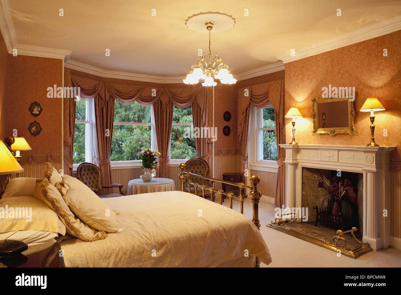 Lussuosa camera da letto in stile vittoriano con un caminetto Foto ...