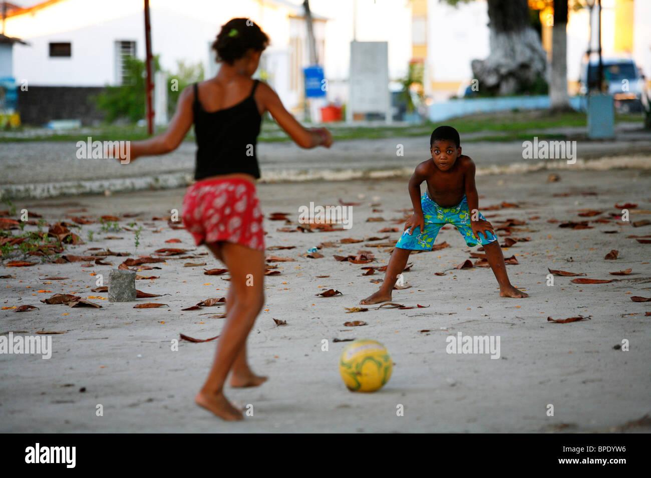 Ragazzi che giocano a calcio a Arraial d'Ajuda, Bahia, Brasile. Immagini Stock