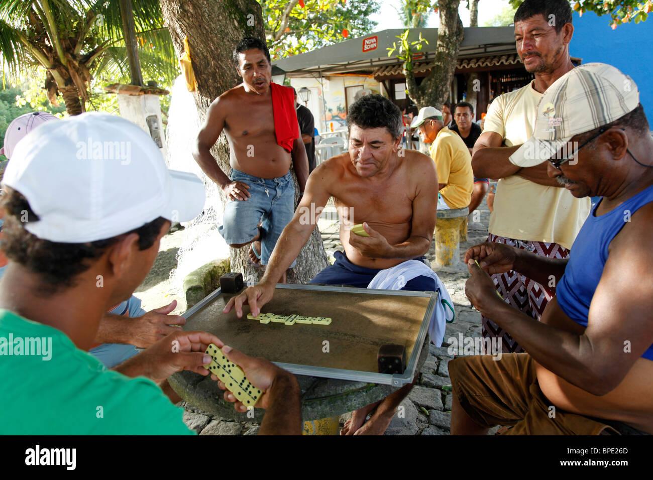 Gli uomini gioca domino, Porto Seguro, Bahia, Brasile Immagini Stock