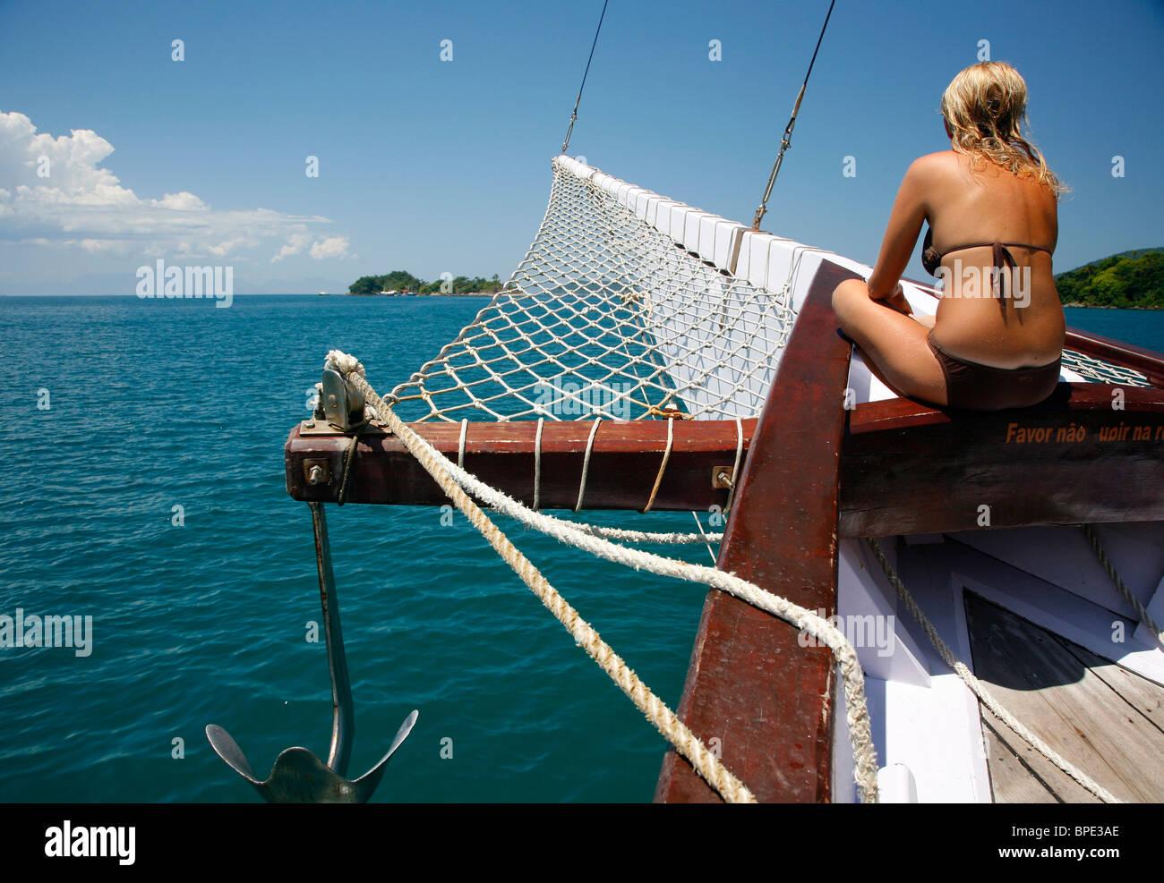 I turisti in una goletta crociera tra le diverse spiagge e le isole intorno a Parati, Stato di Rio de Janeiro, Brasile. Immagini Stock