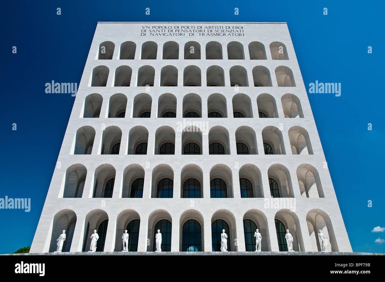 Palazzo della Civiltà Italiana edificio, icona della architettura fascista, quartiere EUR di Roma, Italia Immagini Stock