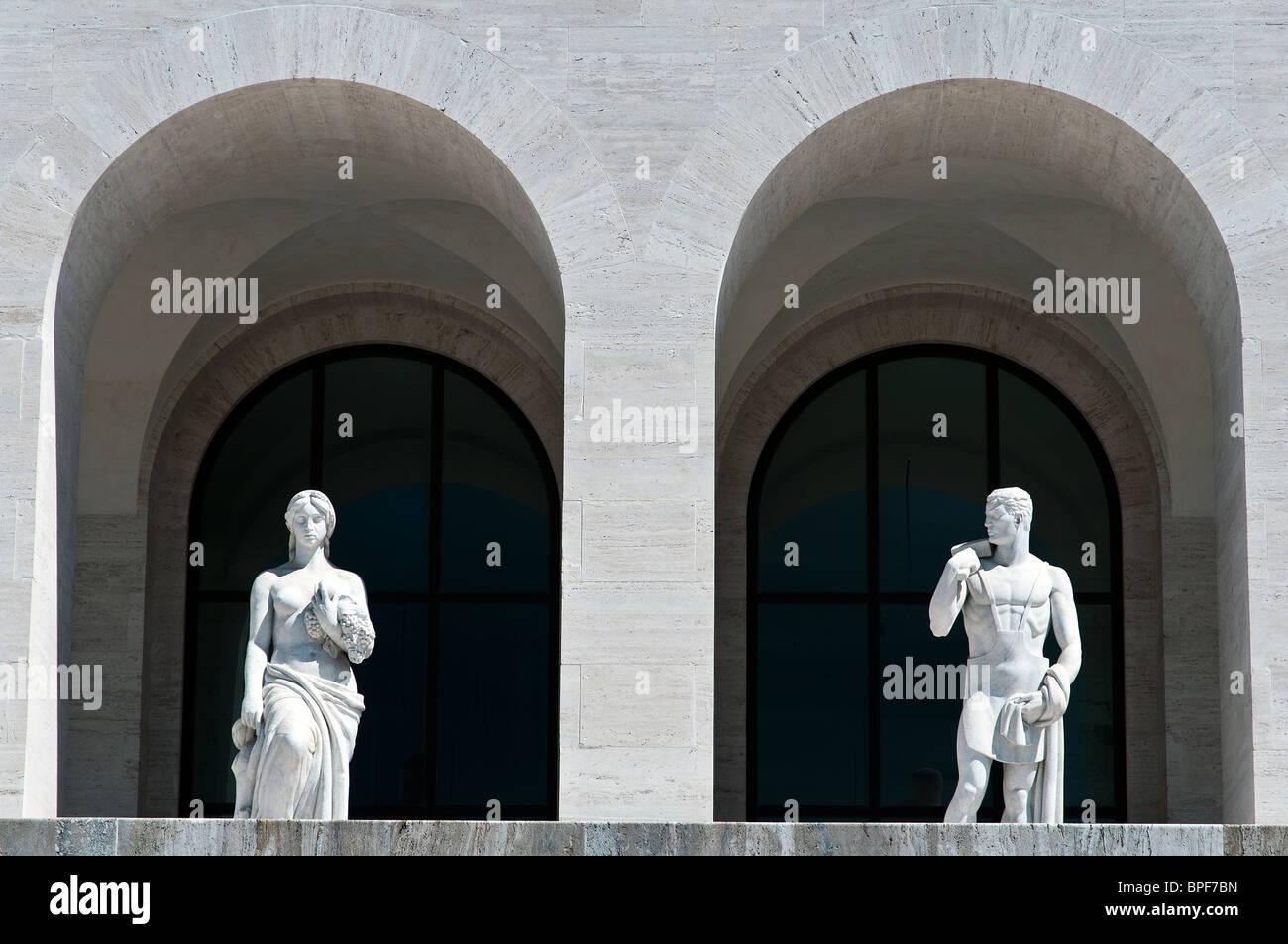 Dettaglio del Palazzo della Civiltà Italiana edificio, icona della architettura fascista, quartiere EUR di Immagini Stock