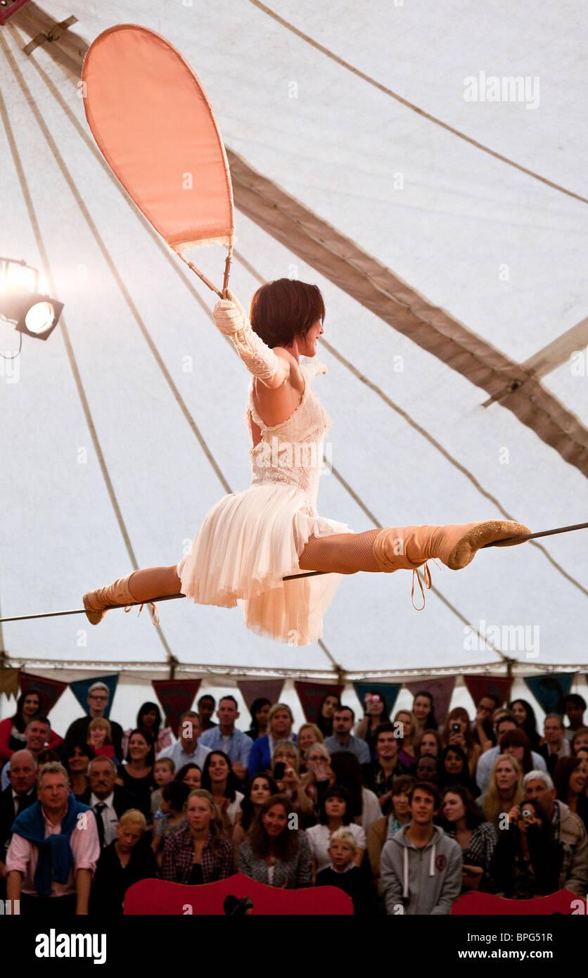 Sarah Schwarz eseguendo il suo filo camminando bilanciamento atto presso Gifford il Circus Immagini Stock