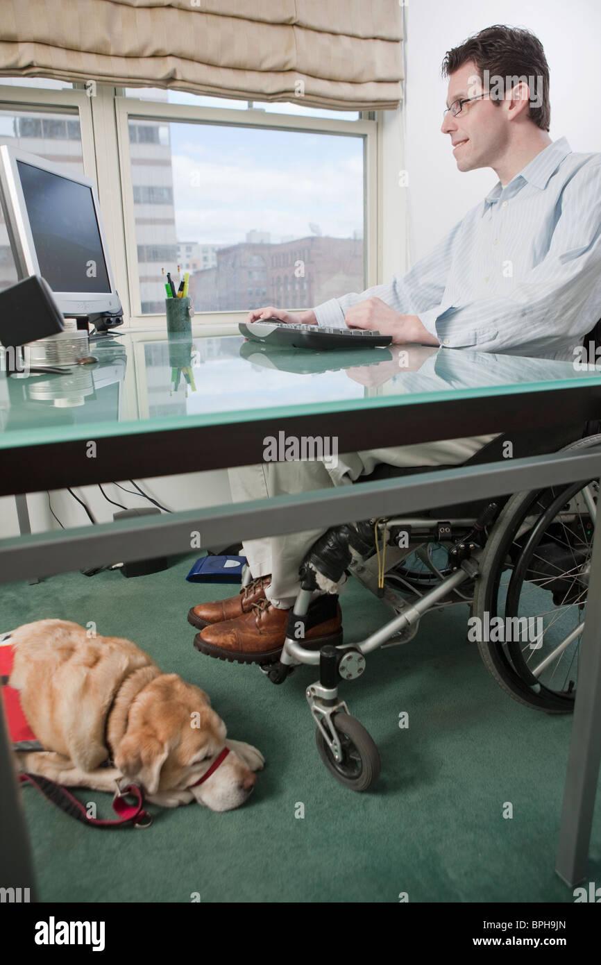 In Sedia A Ufficio Rotelle Lavorare Un Uomo Scrivania Una Alla fYbg76Imyv