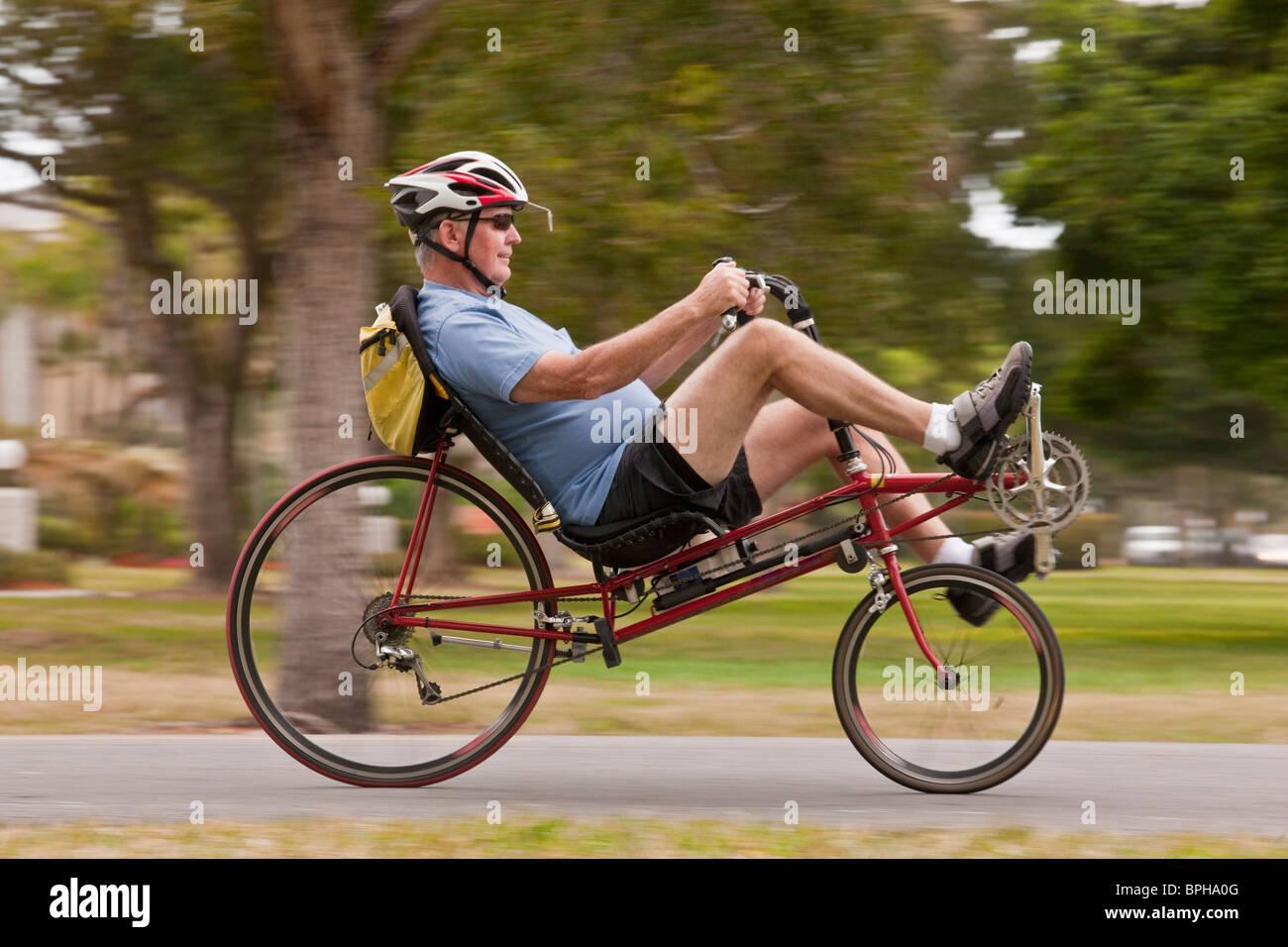 Uomo In Sella Ad Una Bicicletta Reclinata In Un Parco Foto