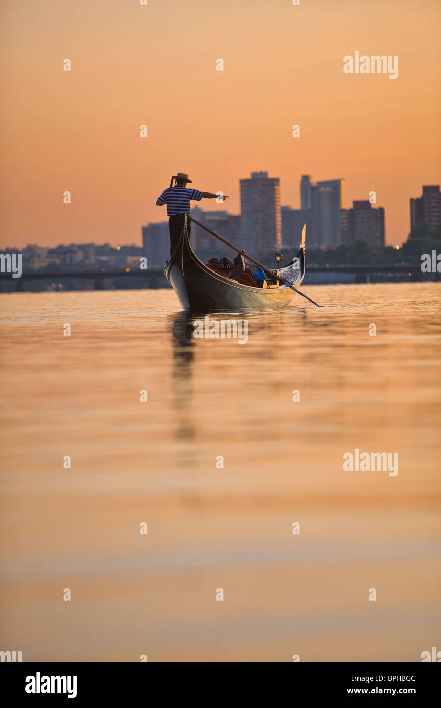 L'uomo canottaggio una gondola, Charles River, Boston, contea di Suffolk, Massachusetts, STATI UNITI D'AMERICA Immagini Stock