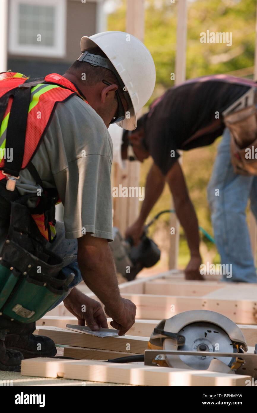 Carpentieri di lavoro in corrispondenza di un sito in costruzione Immagini Stock
