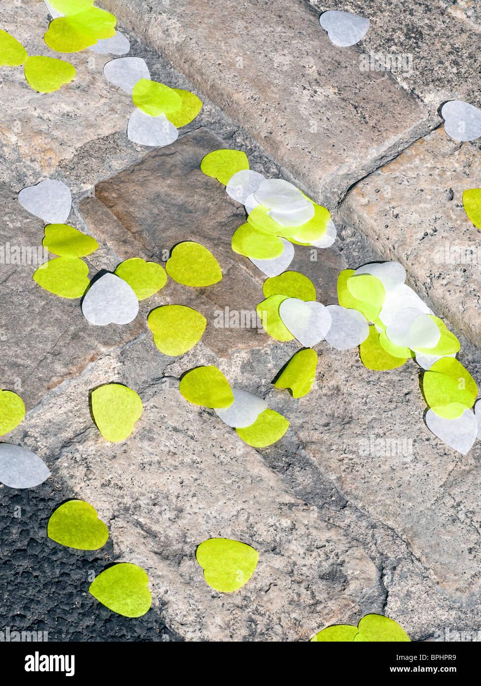A forma di cuore ad coriandoli giacente nella grondaia dopo il matrimonio - Indre-et-Loire, Francia. Immagini Stock
