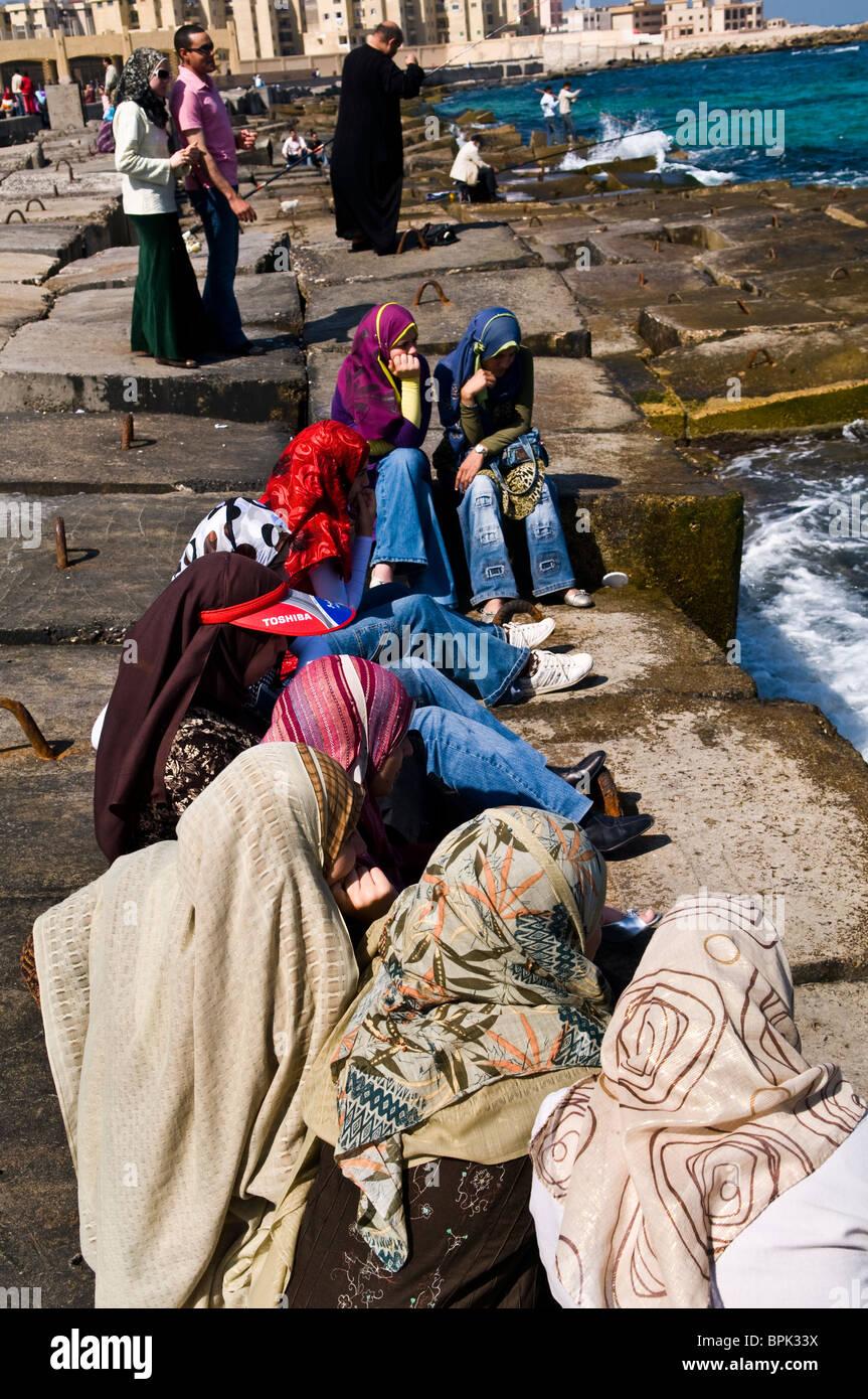 Le donne egiziane godere la vista del mare Mediterraneo. Immagini Stock