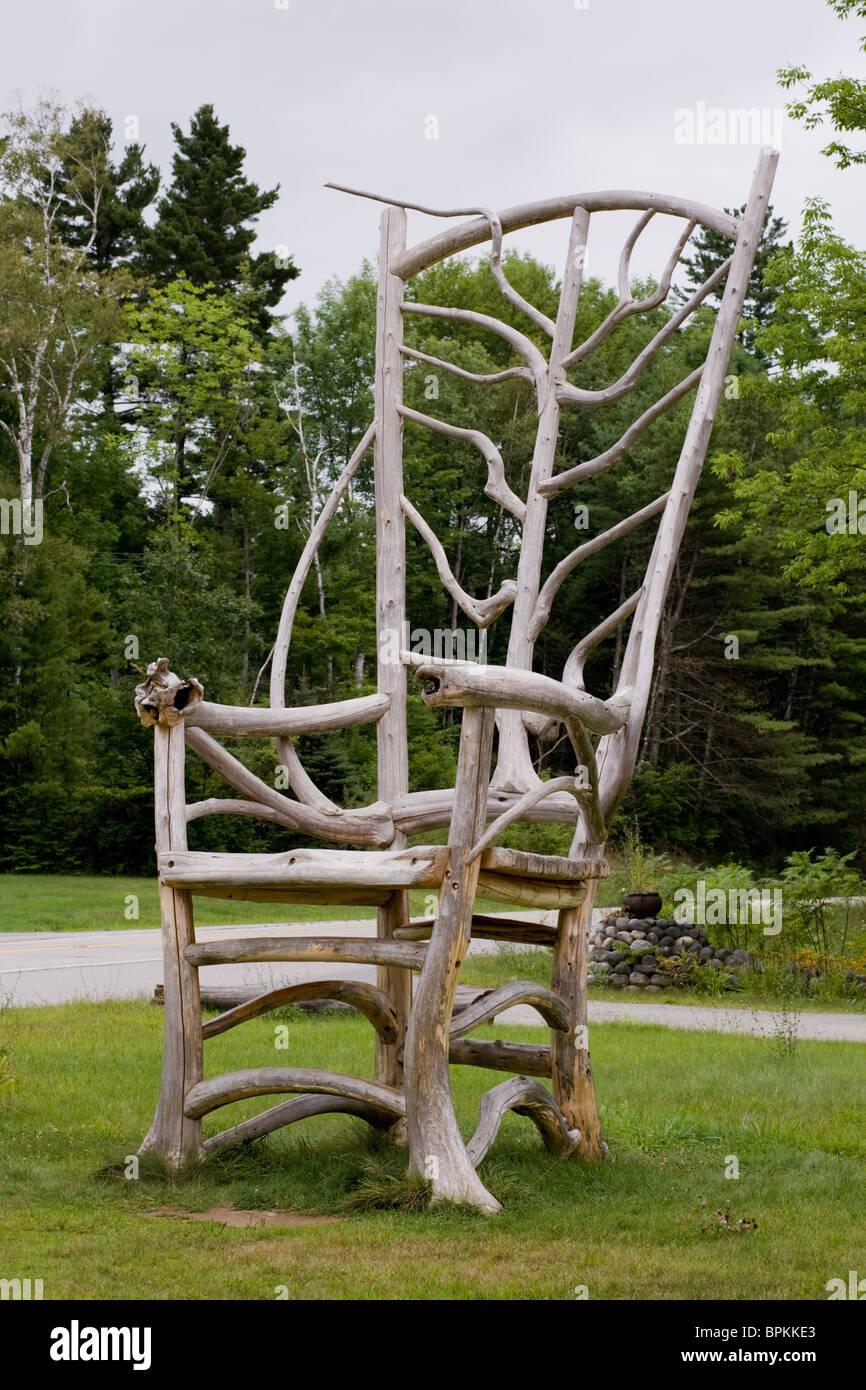 Sedia gigante in stile rustico a Adirondacks furniture store Immagini Stock