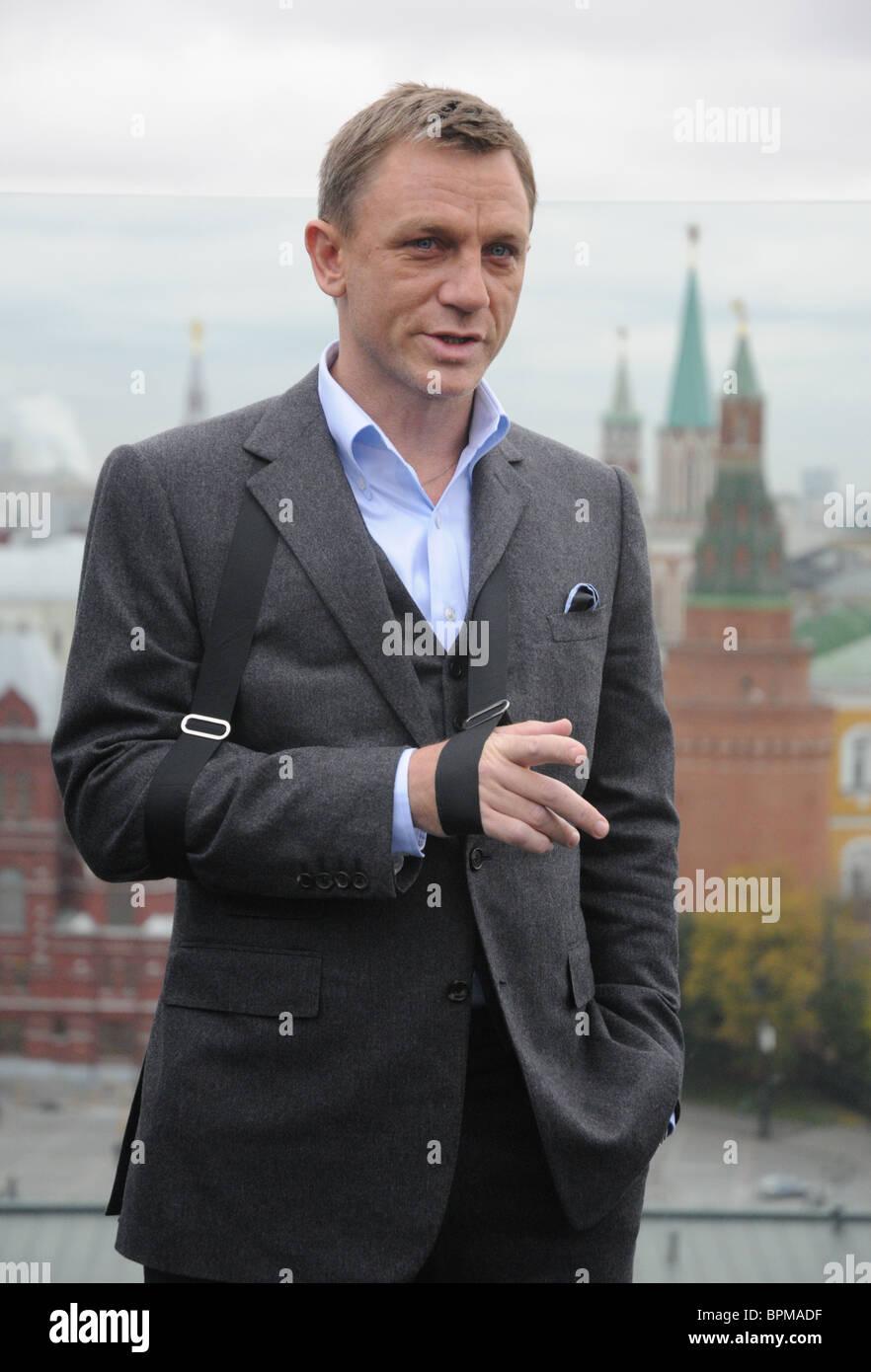 97a484b563 Quantum of Solace film stelle Daniel Craig e Olga Kurylenko arriva a Mosca  Immagini Stock