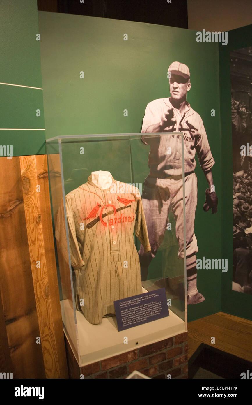 Vecchio Cardinale uniforme di baseball nel museo a San Louis Gateway Arch Immagini Stock