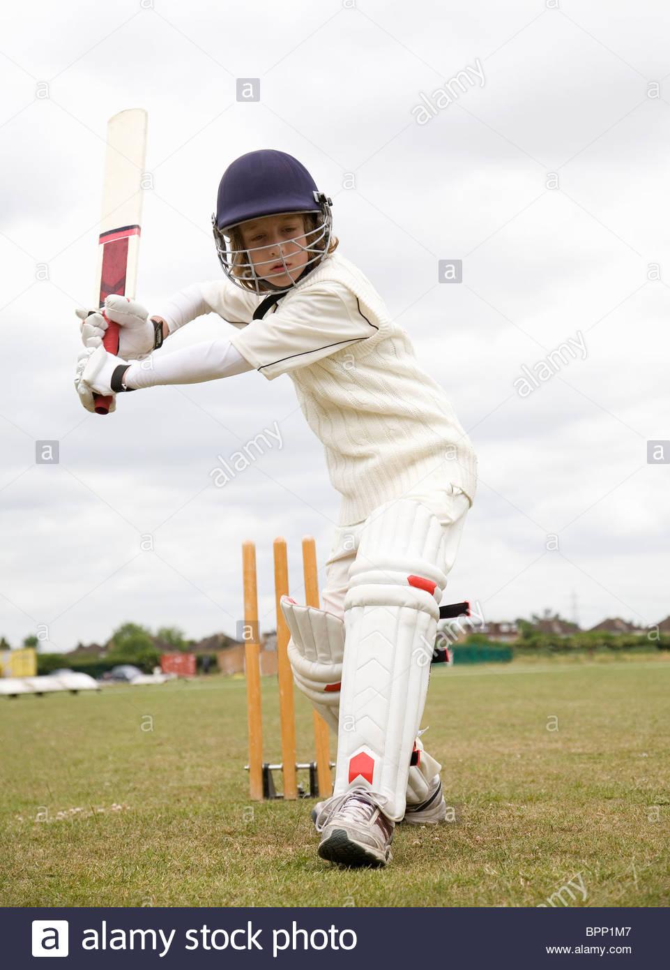 Ragazzo (10-12) riproduzione di cricket Immagini Stock