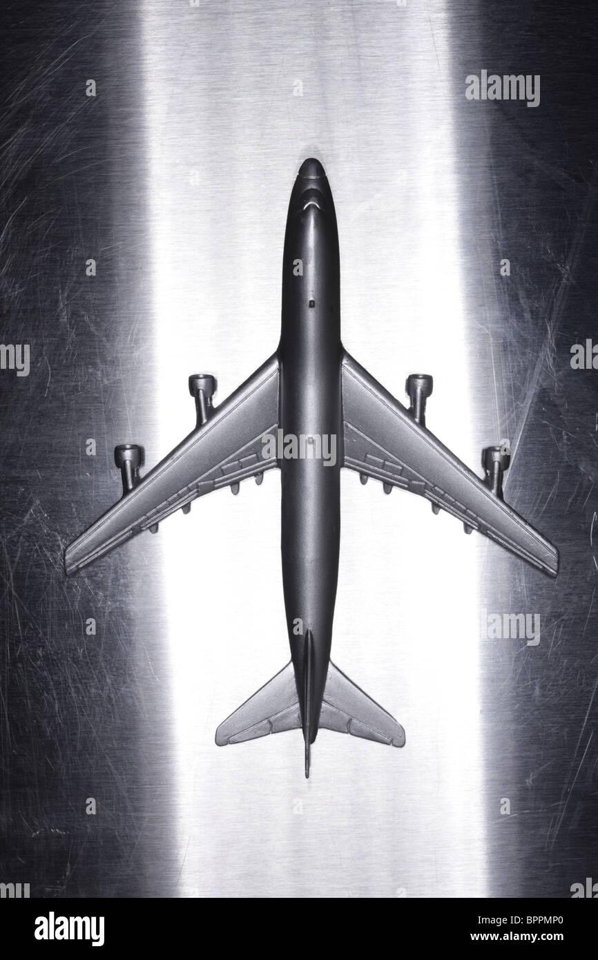 Metallo aeroplano giocattolo sulla superficie metallica Immagini Stock