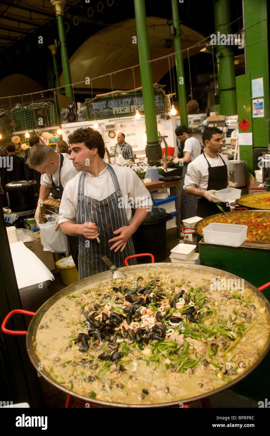 Il curry tailandese piatto in vendita in stallo nel mercato di Borough Southwark Londra Inghilterra Immagini Stock