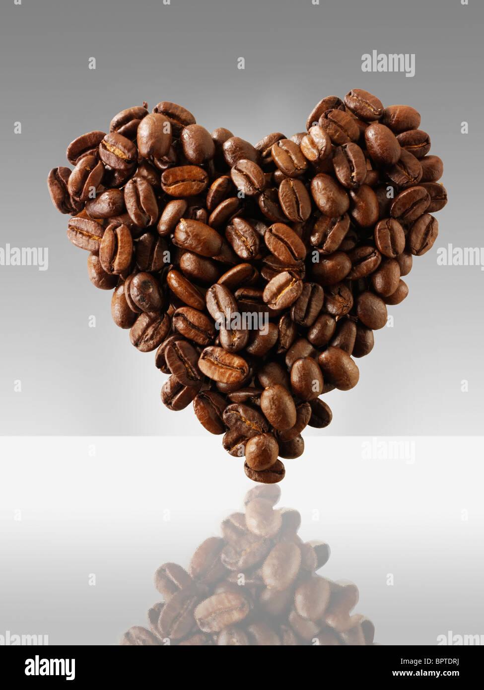 """I chicchi di caffè in una forma di cuore, mi piace il caffè foto, foto & immagine Immagini Stock"