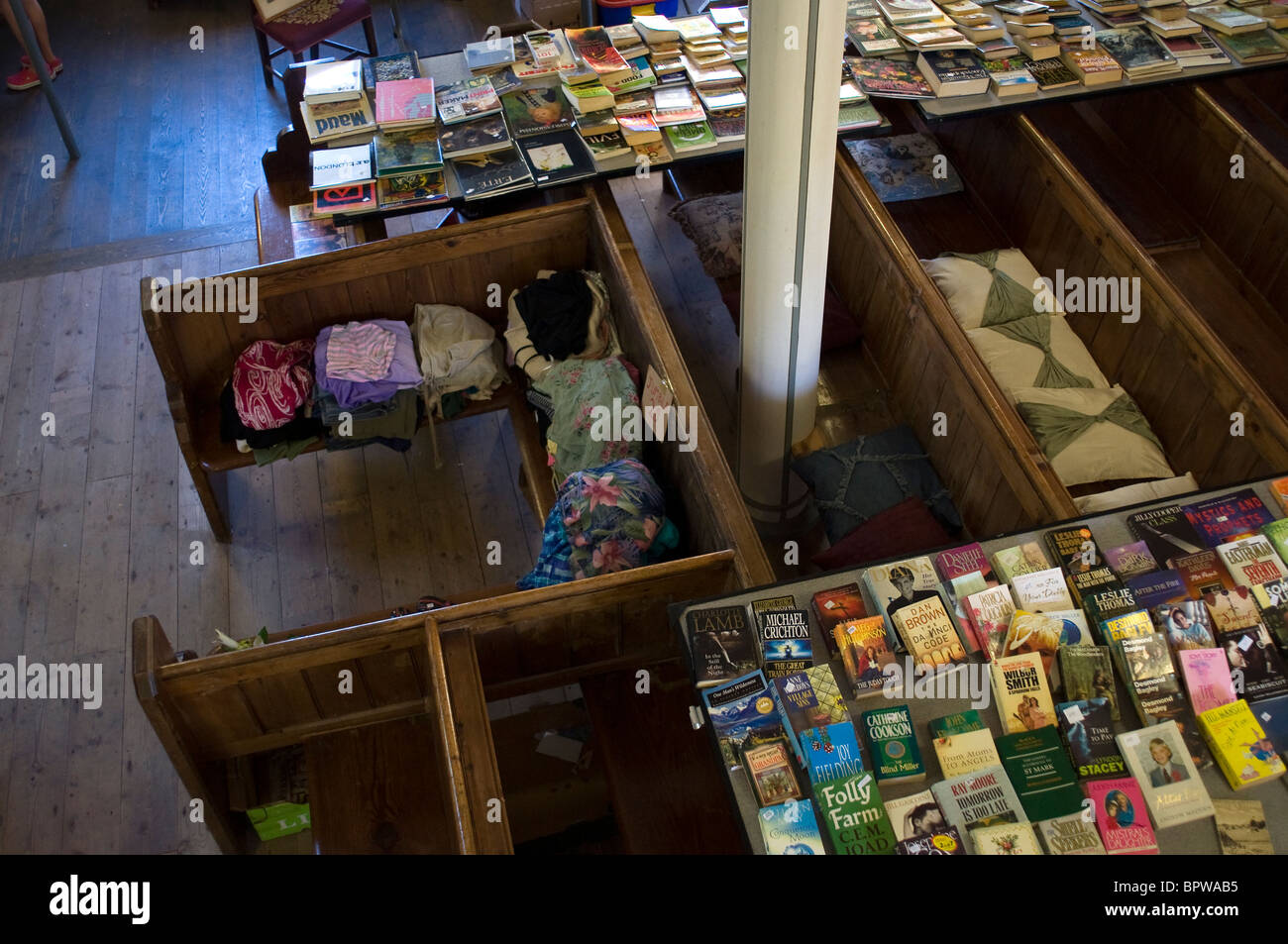 Accozzaglia di libri di seconda mano per la vendita su banchi cappella Inghilterra,Cappella banchi da sopra Immagini Stock