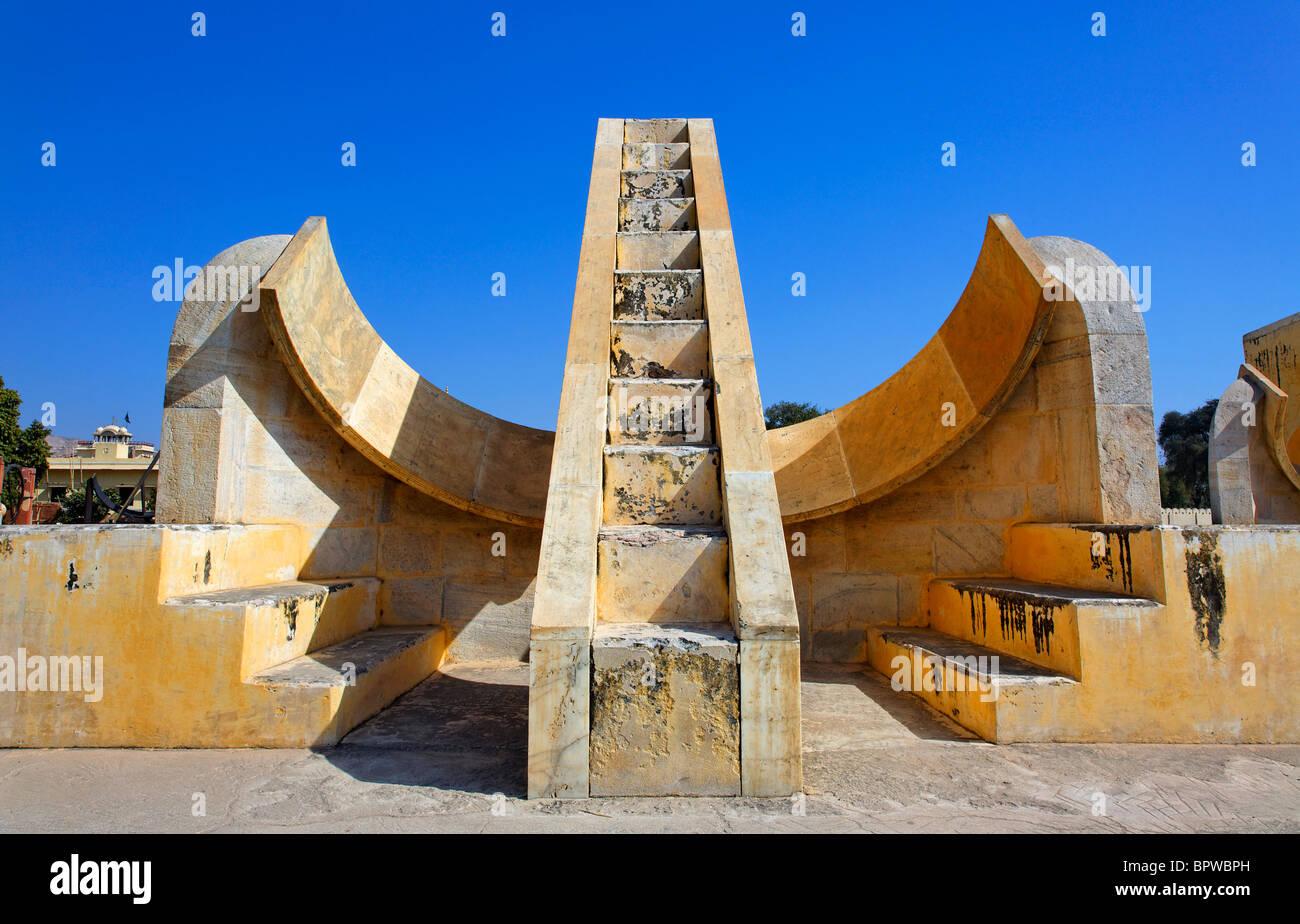 Strumenti per l'osservatorio di Jantar Mantar, Jaipur, Rajasthan, India Immagini Stock