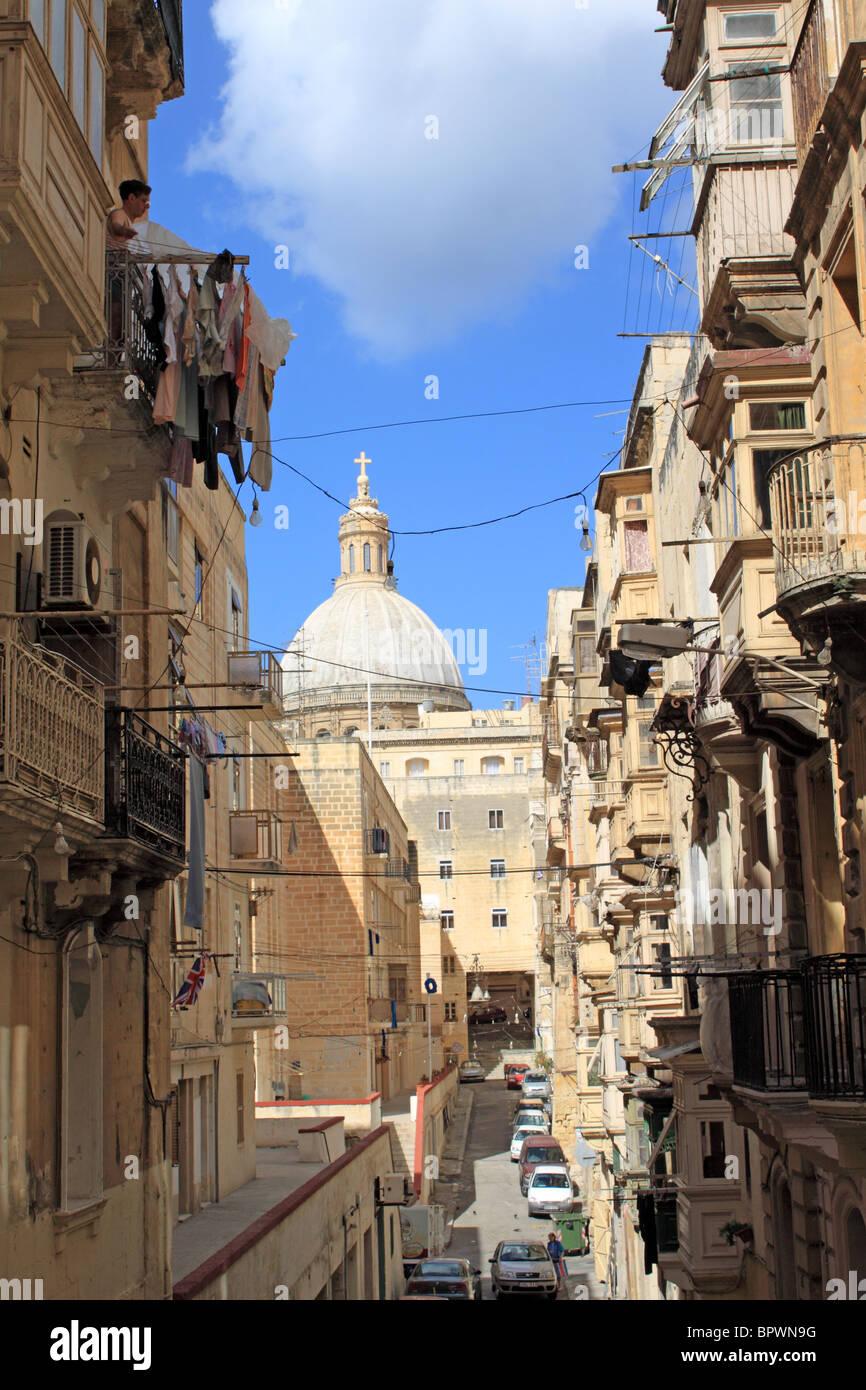 St Patrick Street (Triq San Patrizju), a cupola della chiesa carmelitana oltre a La Valletta, centrale di Malta, Immagini Stock