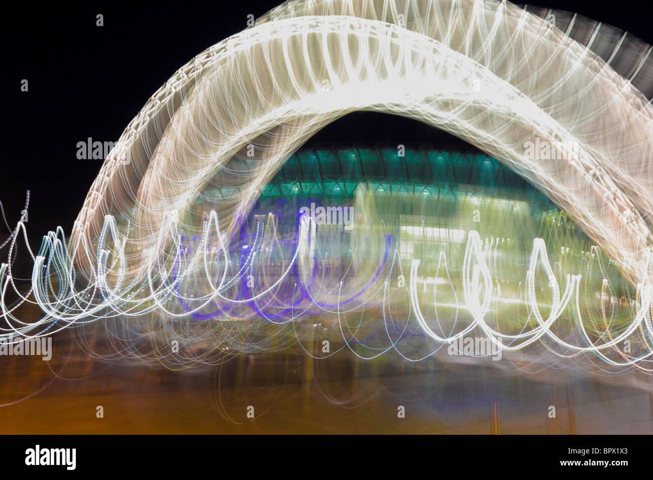 Abstract di flussi di luce catturata a notte tramite pan e metodo di spostamento. Immagini Stock