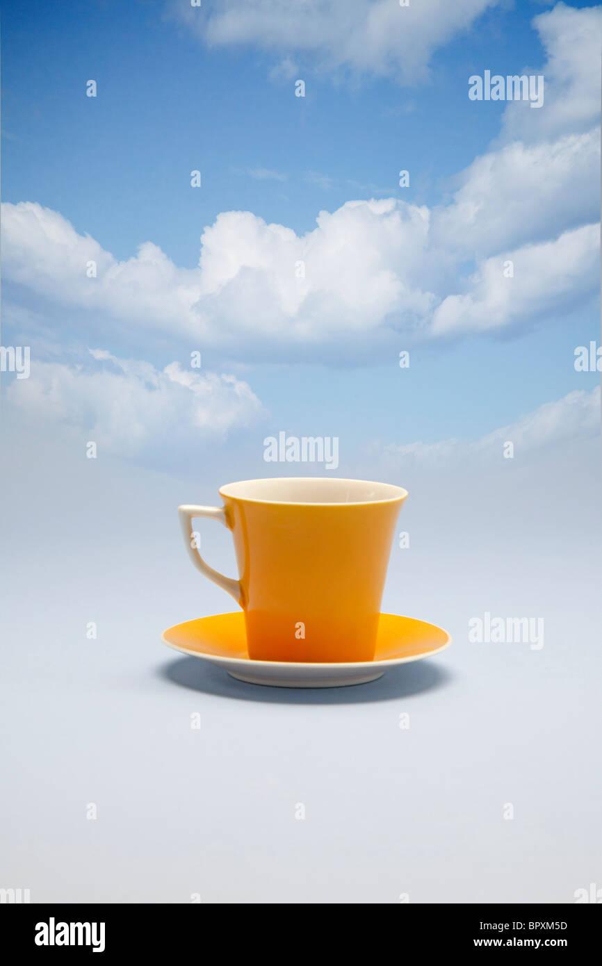 Tazza di caffè floating sulle nuvole Immagini Stock