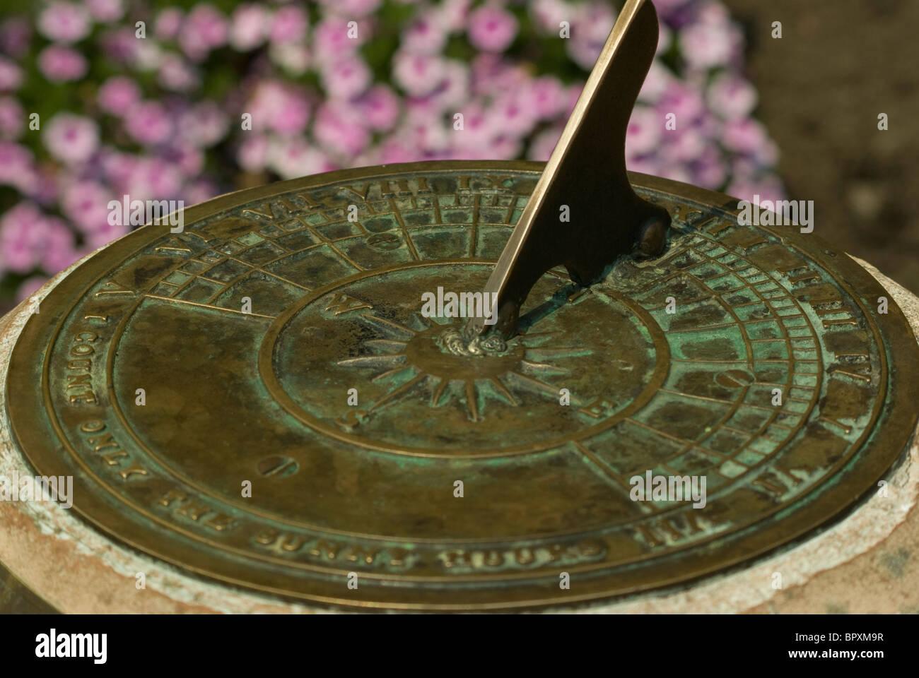 Un vecchio orologio solare, verde con l'età, siede predire il tempo in Beacon Hill Park, Victoria, BC, Immagini Stock