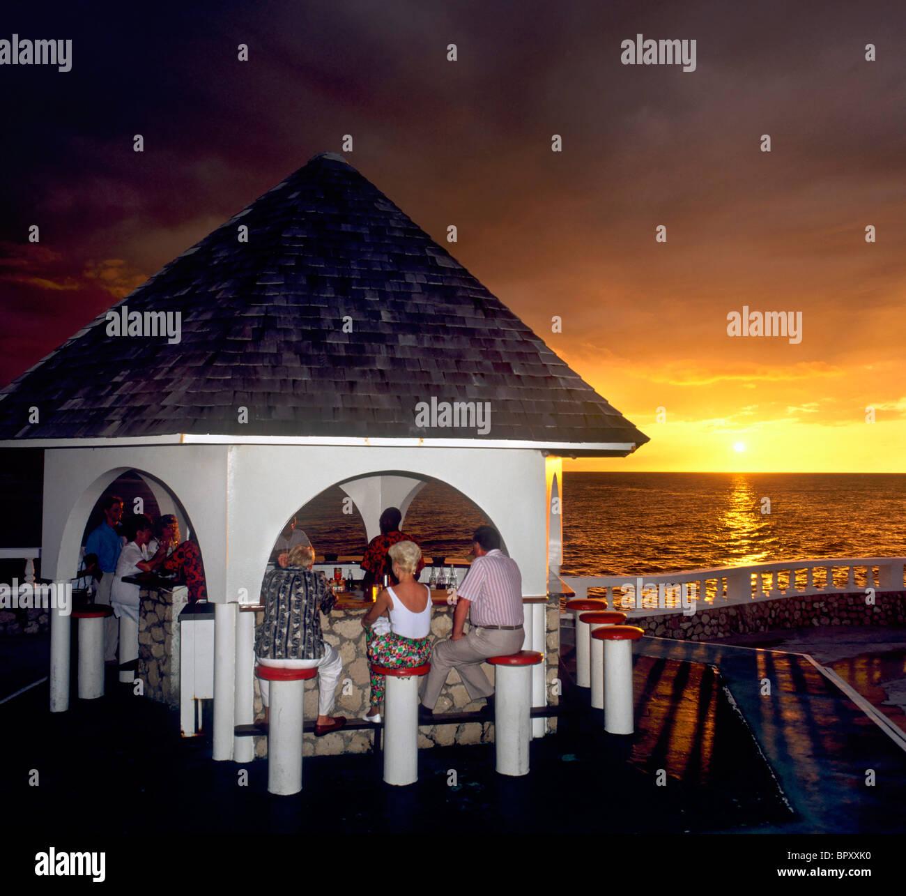 Bar in piscina al tramonto, Eaton Hall Hotel, Runaway Bay, in Giamaica, Caraibi, West Indies Immagini Stock