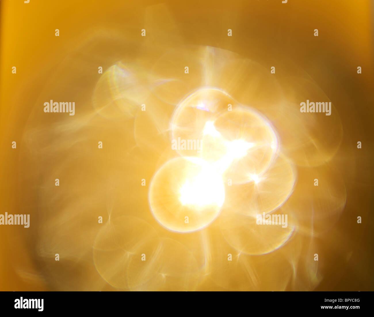 Lens Flare stella gialla luce di burst che crea la sensazione di nebulosi Immagini Stock