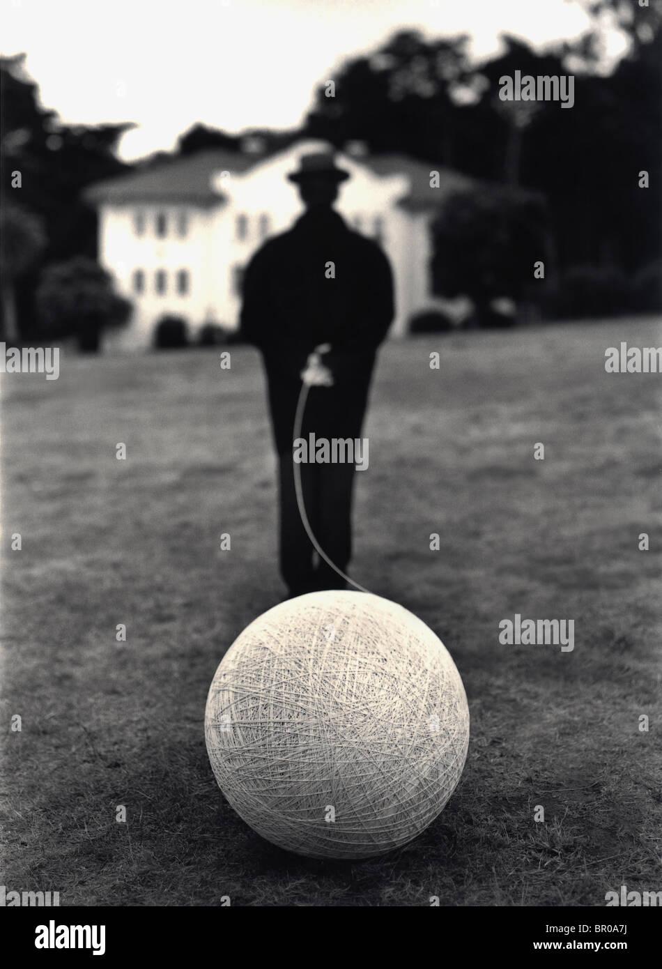 Executive 'man su suit' uomo caucasico bianco e nero tuta tenendo una palla di stringa Immagini Stock